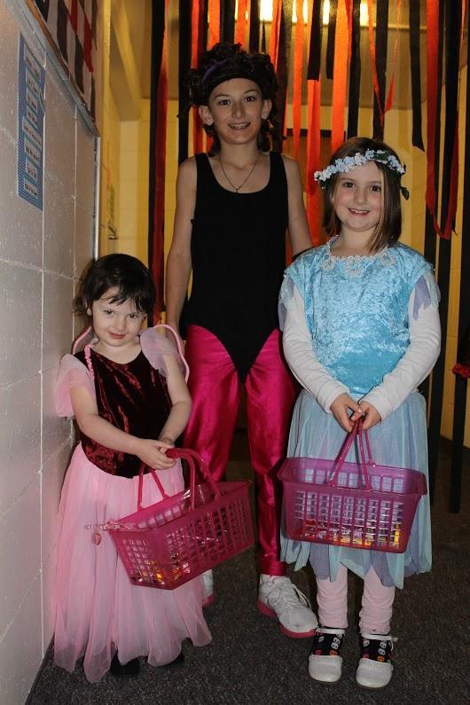 Children+swarmed+the+dorms+Friday+night+to+celebrate+Halloween+-+Photo+by+Jessie+Tremmel