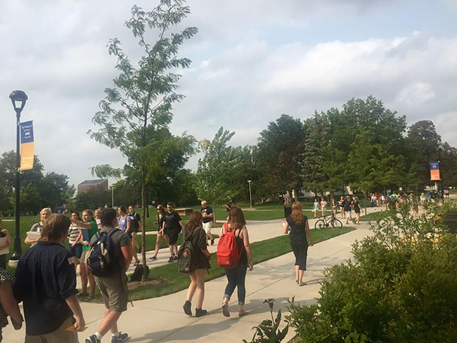 Freshmen+Blugolds+wander+the+campus+mall+in+search+of+their+classes+to+prevent+first+day+stress.