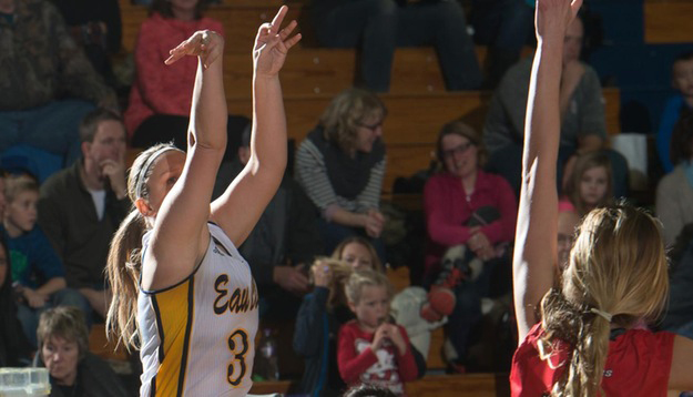 The womens basketball team pulled out a tough win against a WIAC conference foe.