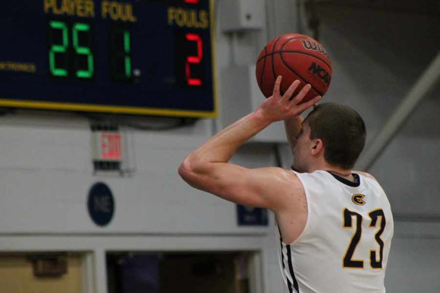 Josh+Weix+shooting+at+the+line.+The+Blugolds+lost+in+overtime+against+the+Warhawks+on+Saturday%2C+Feb.+18.