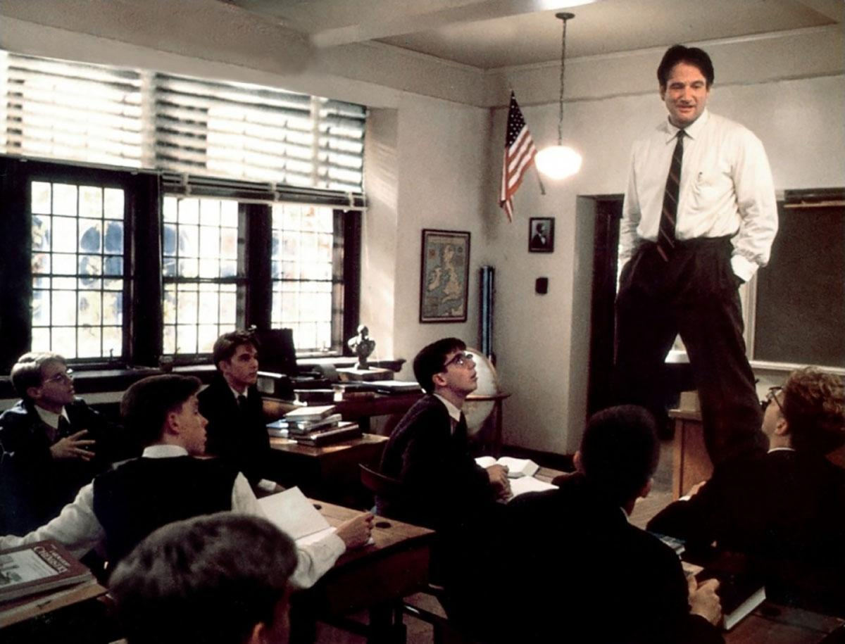 The replacement professor for an English class taught at an all-male boarding school, John Keating (Robin Williams) teaches his students to live life to the fullest through poetry.