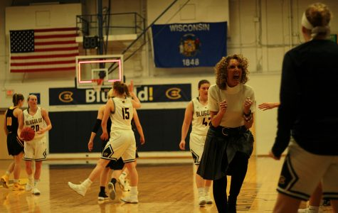 Women's basketball falls to the Pointers after a slow start