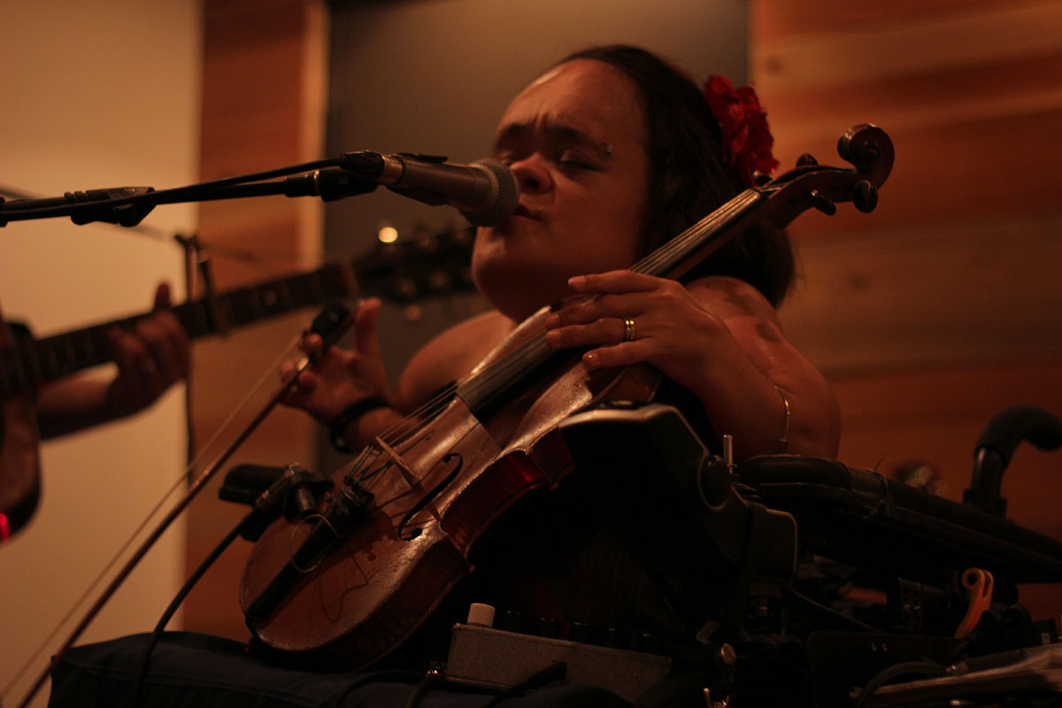Gaelynn Lea performed at the Oxbow Hotel with her band on Sept. 7.