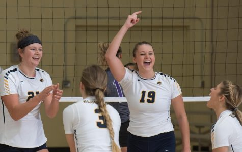 Women's volleyball splits at weekend tournament