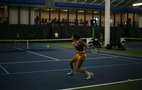 Women's tennis sweeps two teams during weekend tournaments