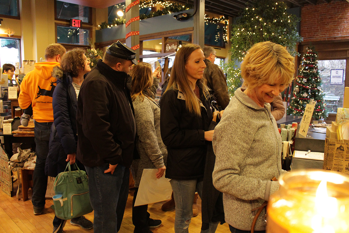 Customers+wait+in+line+to+pay+for+their+purchases+with+a+possible+15%25+discount.
