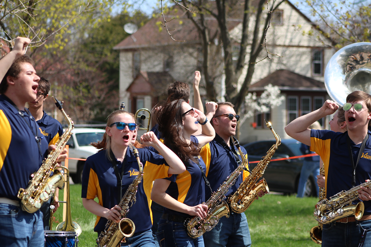 The+Blugold+Marching+Band+provides+musical+entertainment+and+encouragement+for+the+runners+as+they+enter+the+Blugold+Mile.%0A