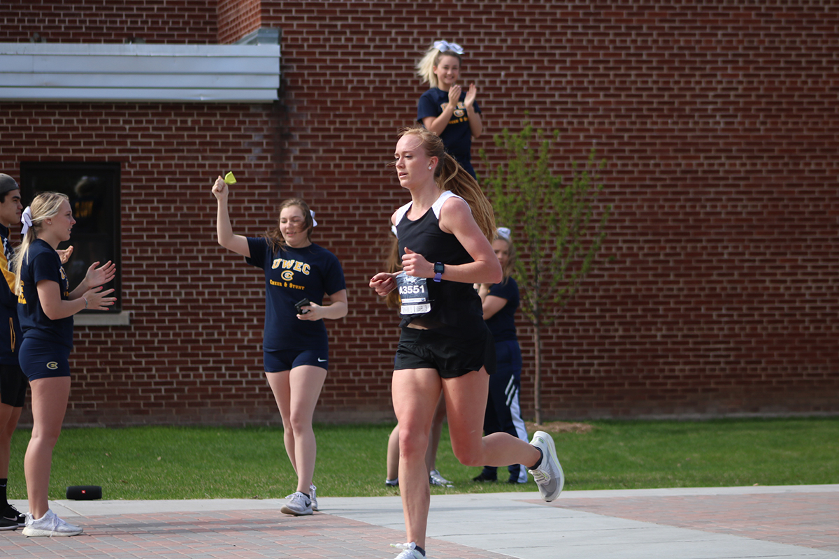 The+UW-Eau+Claire+Cheer+%26+Stunt+Team+encourages+runners+as+they+head+down+Garfield+Avenue.