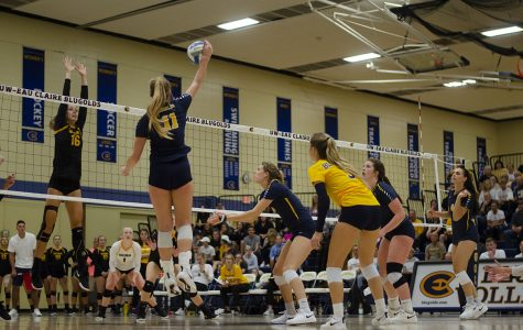 Women's volleyball goes 2-1 at home